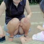 子持ちのママはおっぱいポロリとパンチラ好きの餌食!?【エロ画像】